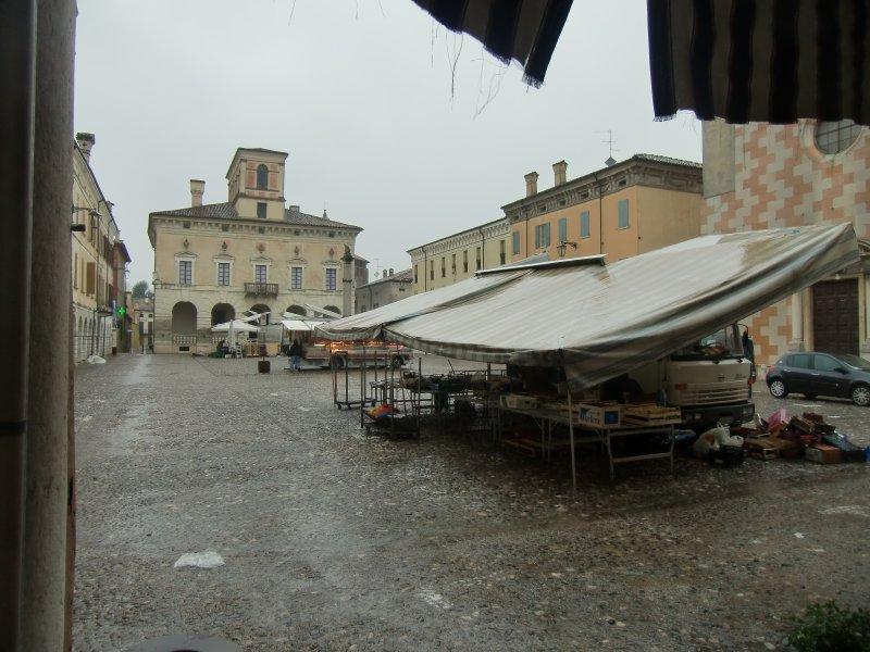 Links der Palazzo Ducale - am Marktplatz gelegen